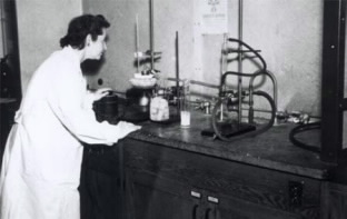 Gertrude Elion preparing radioactive 6-MP